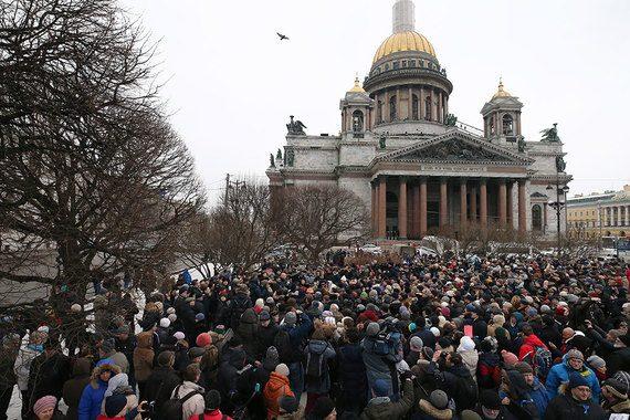 Протестующие встали вокруг Исаакия живым кольцом