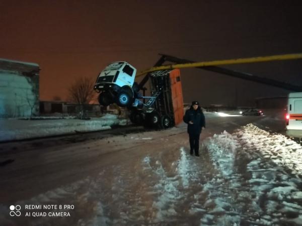 В Североуральске вывозивший снег грузовик повредил газопровод